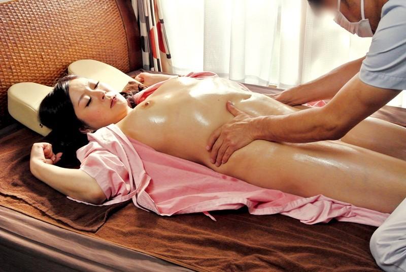 [中国語字幕]CAND-184 「喘ぎ声が彼に聞こえたら、まずいんです」彼氏の側で寝取られるマッサージ