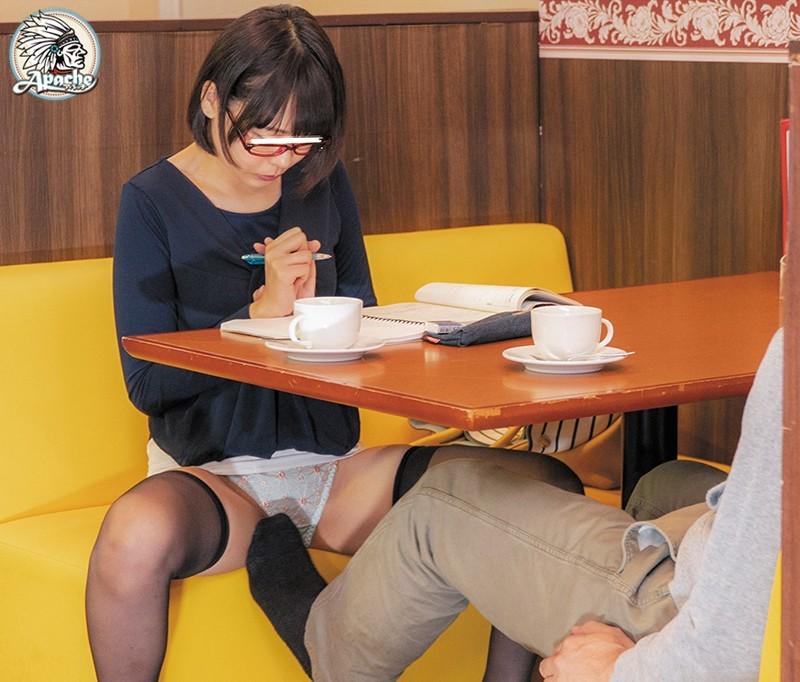 AP-643 ファミレスで長時間勉強しているメガネ女子をテーブル下の電気アンマ痴漢でイカセつづけろ!!